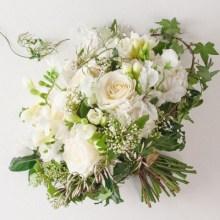 bouquet_roses_blanches_jasmin_freesias